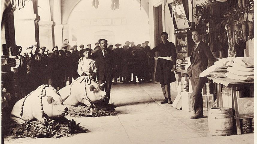 Lo storico negozio Veroni a Correggio alla fine degli anni '30. In primopiano, Fiorentino Veroni che trasformò l'attività di famiglia in un'importante realtà produttiva italiana; a destra Adolfo Veroni, padre dell'attuale presidente Francesco Veroni.