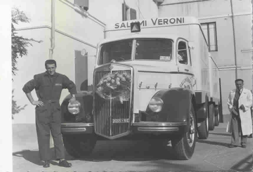 L'inaugurazione di un nuovo automezzo aziendale a metà degli anni '40. In primo piano Aldo Liguabue, allora responsabile degli autisti e dei mezzi di trasporto Veroni.