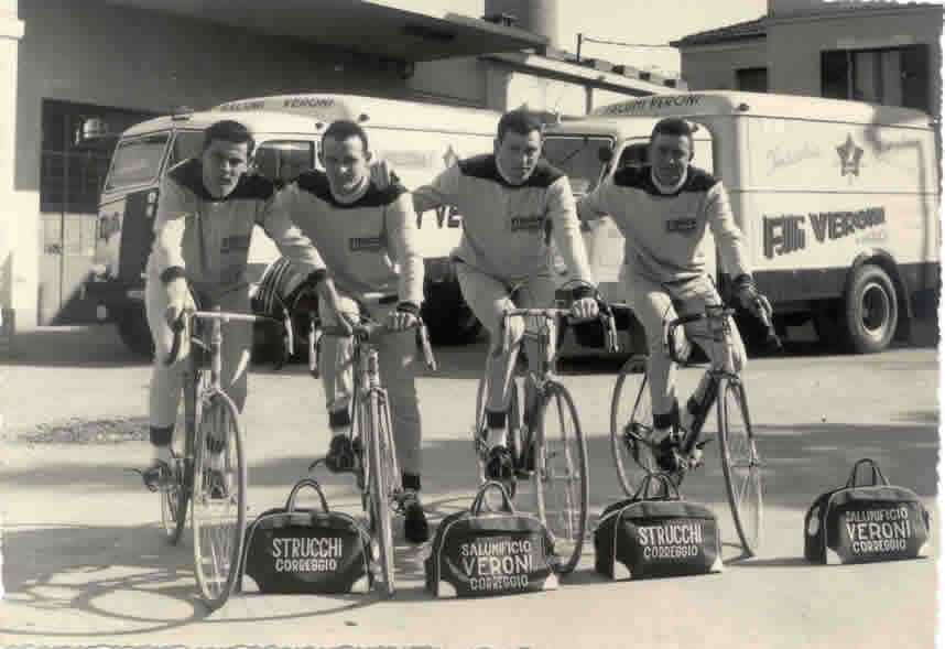 """I ciciclisti del gruppo """"Strucchi"""" di Coreggio, sponsorizzati dal salumificio Veroni."""