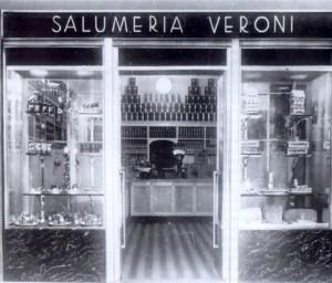 La storica salumeria della famiglia Veroni nel 1923, due anni prima che i cinque fratelli decidessero di dedicarsi alla produzione diretta di salumi.
