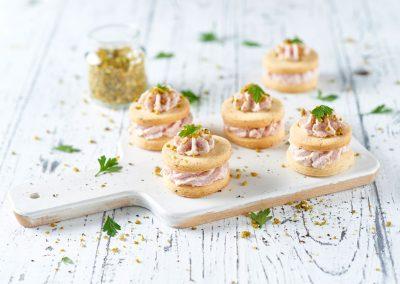 Torrette di biscotti al parmigiano e pepe con mousse di mortadella