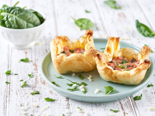 Tortine di sfoglia con formaggio, spinaci e prosciutto