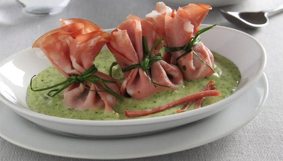 Crespelle di mortadella al pomodoro su vellutata di zucchine
