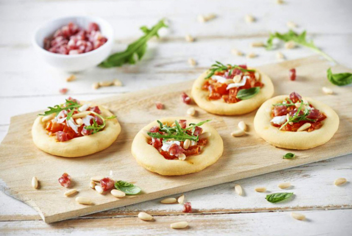SALAMI MINI PIZZAS WITH MOZZERELLA AND ROCKET
