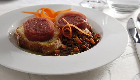 Zampone cotto con arlecchino di verdure e lenticchie