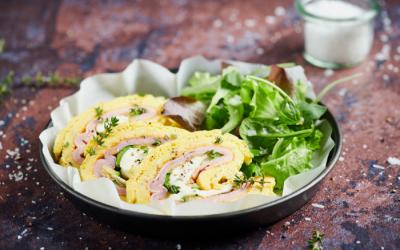 Rotolo di frittata con zucchine, prosciutto cotto e crescenza