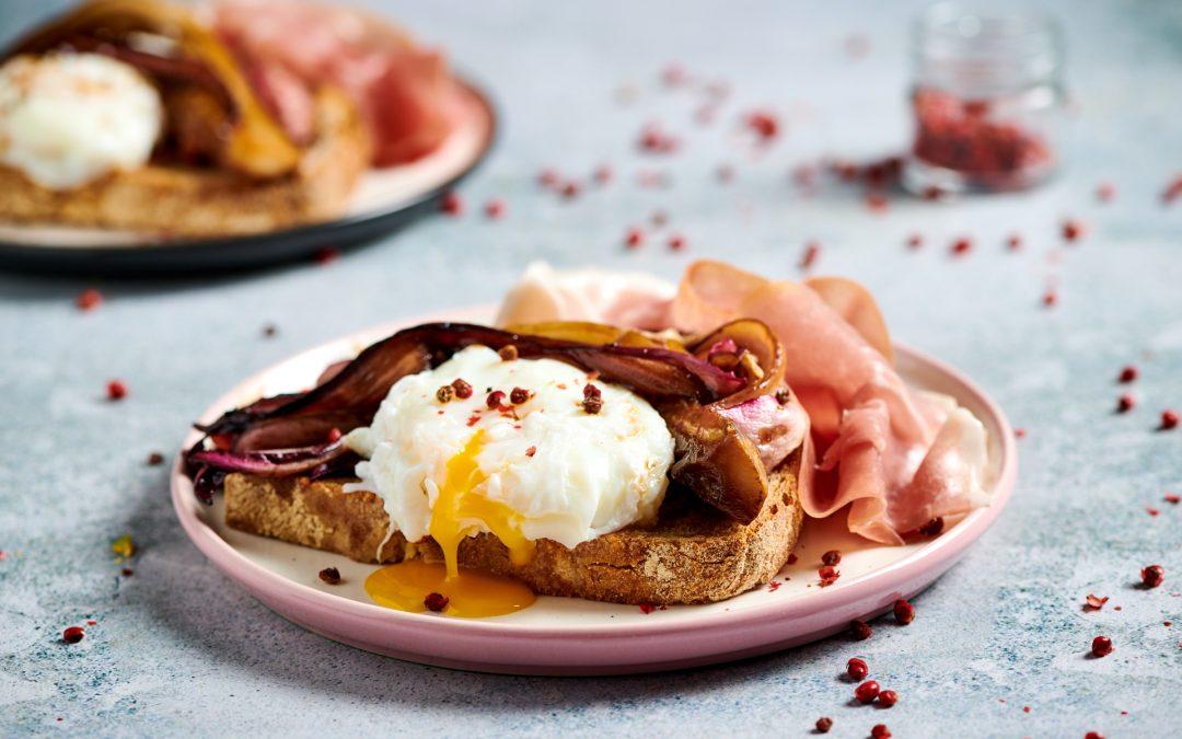 Crostoni di pane integrale con radicchio, uovo poché e prosciutto crudo