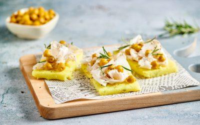 Crostini di polenta con lardo, ceci e rosmarino
