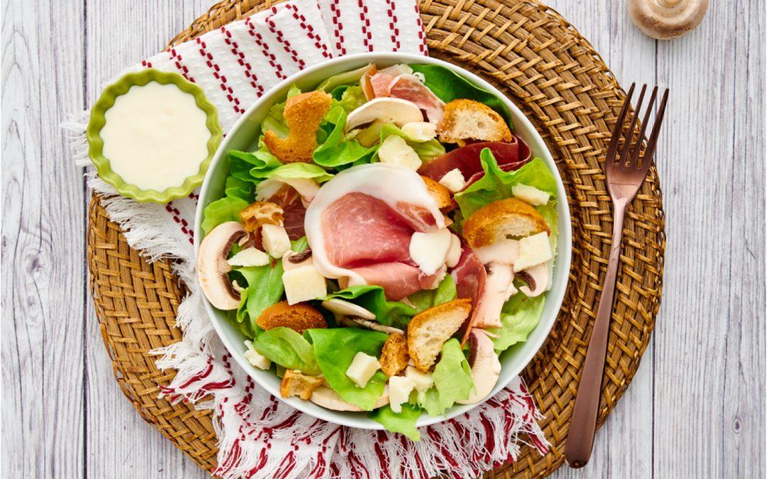 Caesar salad con prosciutto crudo e funghi