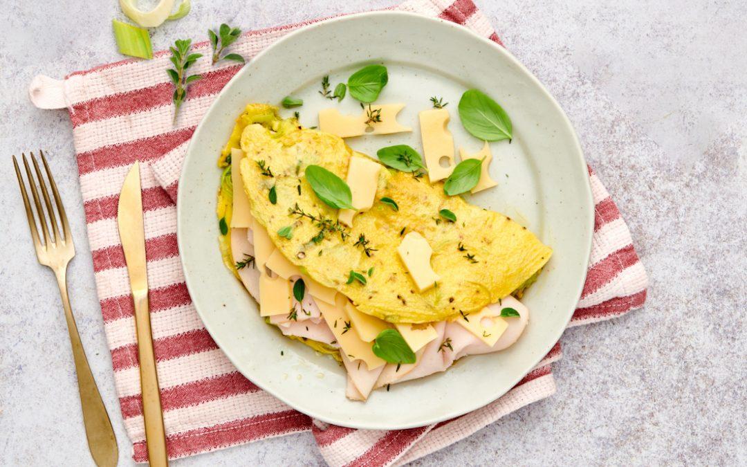 Omelette alle erbe aromatiche con prosciutto cotto, porri e gruyère